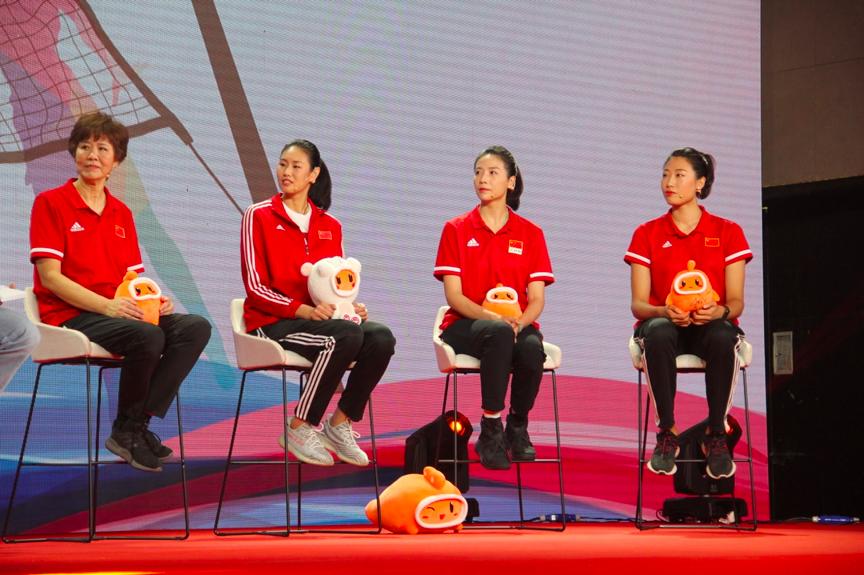 中国女排在快手直播首秀,郎平啜泣回想夺冠细节