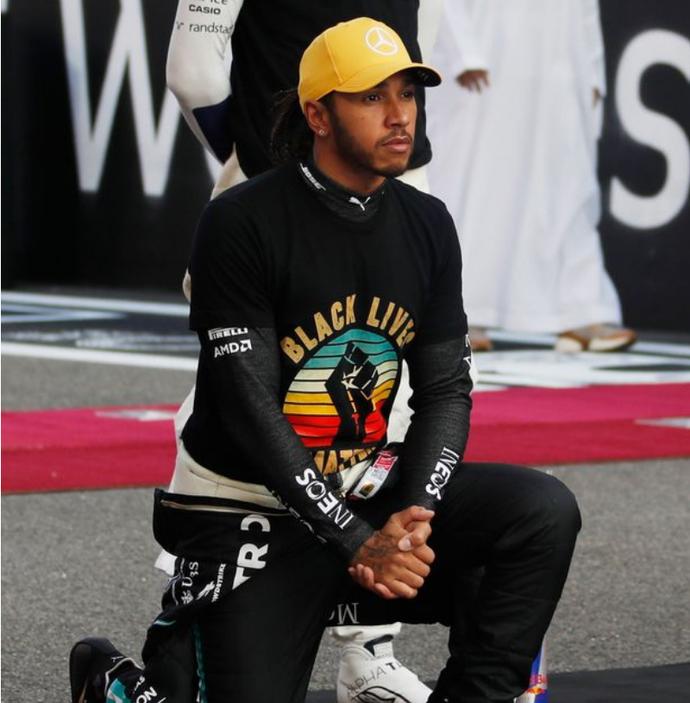 小汉回应下跪反对遭骂:夺冠快乐太短暂 运用F1发声