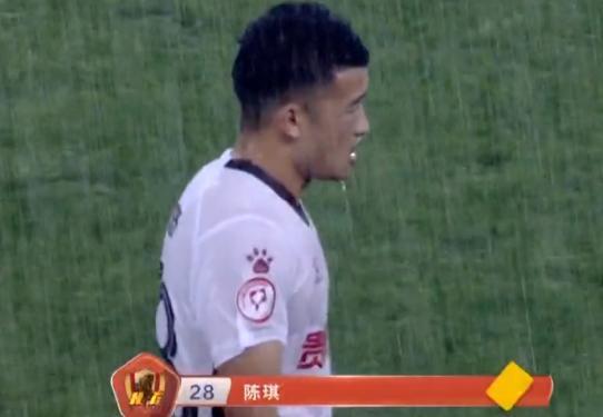 0-2!中甲大冷门:前中超黑马轰然倒下,暴雨鏖战,比赛一度中断