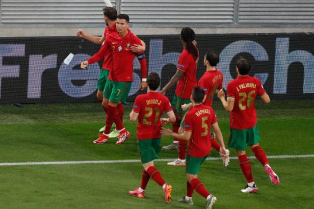 C罗点射双响平纪录&本泽马两球,葡萄牙2比2法国携手出线