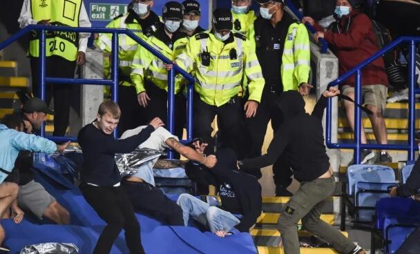 """欧联杯版""""英意大战""""!双方球迷从场外打到场内,百人规模的斗殴"""