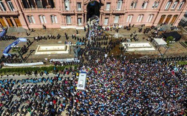 万人送行马拉多纳致疫情爆发? 阿根廷总统遭指控损害公共卫生