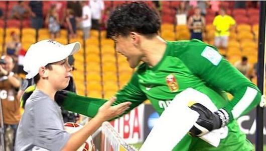 """王大雷扑出点球之前,竟与门后的一位小球童进行了交流,小球童告诉了王大雷要扑向哪边。王大雷扑出点球后,门后的小球童也激动地跳了起来,他一下子成了中国队的""""福星""""。"""