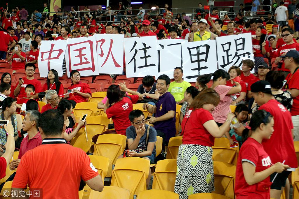 糟糕的预选赛战绩并不影响中国球迷的热情。亚洲杯正赛的首场比赛,对阵18年未曾赢过的沙特队,庞大的中国球迷群体将比赛地布里斯班渲染成了红色海洋。经典的看台标语。
