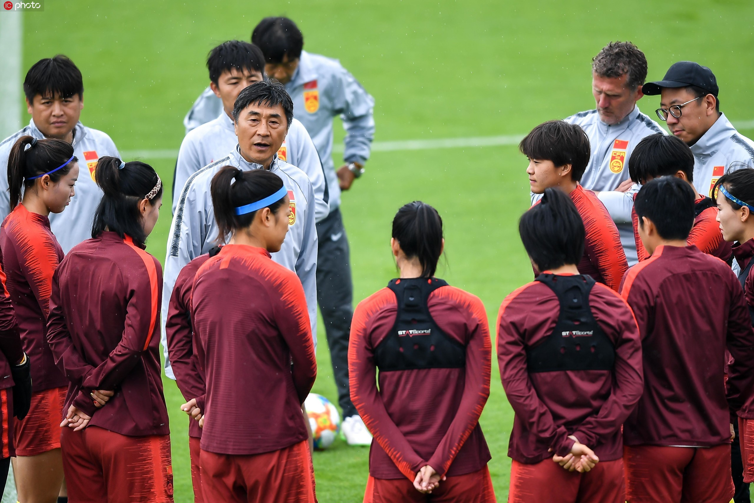 6月19日,中国女足冒雨继续在法国勒阿弗尔备战淘汰赛,主帅贾秀全亲自上阵指导队员。