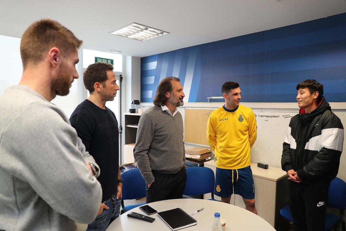 武磊抵达西班牙人俱乐部 与球队主帅及队友相