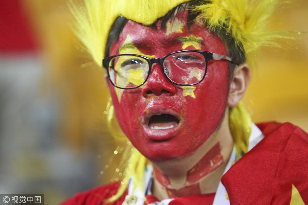 中国队遭淘汰,现场球迷痛哭流泪。