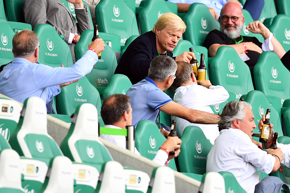 拜仁的夺冠庆典只是进行了奖盘的交代,往年传统的啤酒浴没有进行