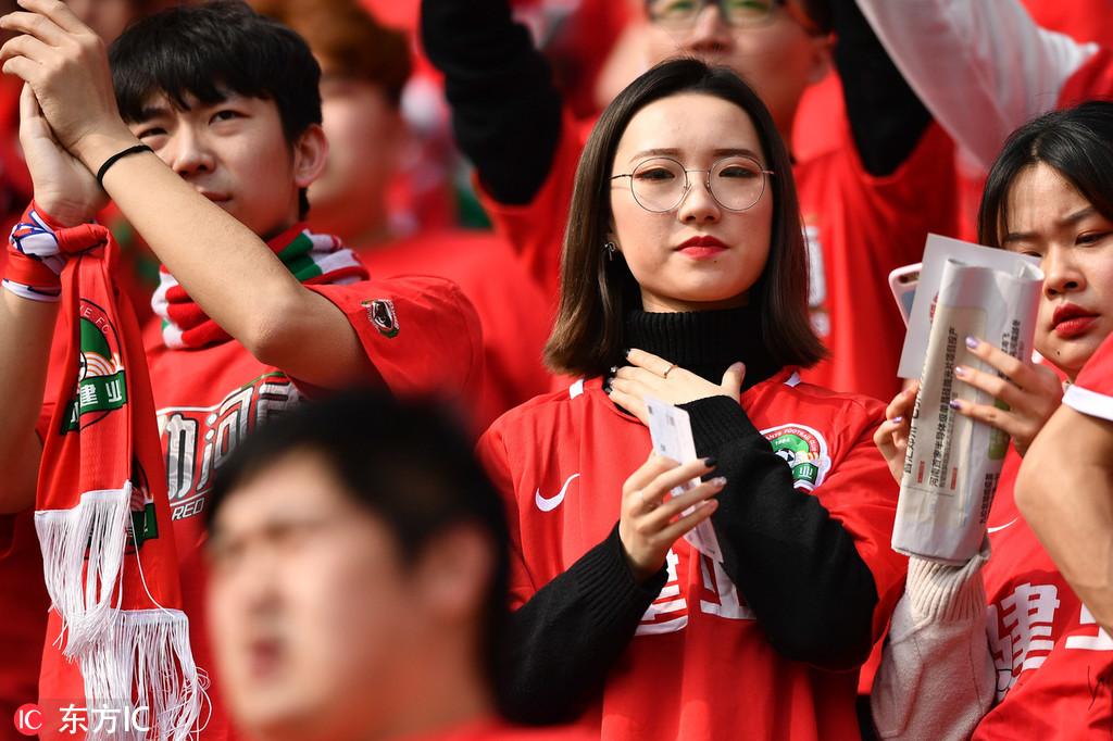 建业球迷看台呐喊助威美女球迷众多